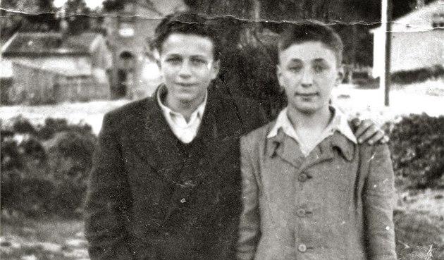 Irving Milchberg (vlevo) na snímku z roku 1944, vedle něj stojí jeho varšavský