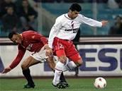 Brazilec Cafu z AS Řím proti Íránci Danei Rezayovi z Perugie