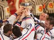 Mistrovská radost: �e�tí hokejisté s pohárem