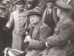 Winston Churchill na hlavní tribuně při přehlídce, Lille 1918