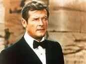 Roger Moore jako James Bond ve filmu Muž se zlatou zbraní