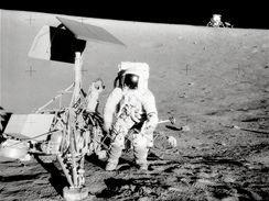 Velitel Apolla 12 Cernan zkoumá sondu Surveyor 3