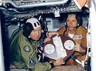 Leonov a Stafford na palub� Apolla montuj� spole�n� znak.