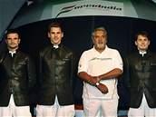 Vijay Mallya (druhý zprava) v roce 2008, kdy svůj tým Force India teprve budoval.
