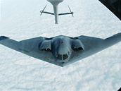 Bombardér B-2 Spirit stealth na archivním snímku, který zachytil manévr tankování během letu.