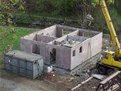 Montovan� d�m lze postavit i za p�r dn� - Za��n� v�stavba p��zem�, tedy ve�ker�ch obvodov�ch, vnit�n�ch nosn�ch i d�l�c�ch konstrukc�. V�echny tyto svisl� konstrukce jsou v podstat� velkoplo�n� montovan� d�lce z liaporbetonu, jeho� z�kladem je keramick� kamenivo.