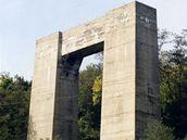Hitlerova dálnice - Mostní pilíř Hitlerovy dálnice u Brněnské přehrady sloužil v minulosti jako lezecká stěna horolezcům