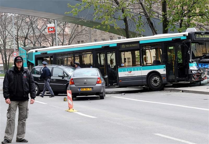 Srá�ka autobusu a n�kolika osobních aut b�hem natá�ení amerického velkofilmu G. I. Joe v centru Prahy