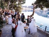 Jedn�mi z nejobl�ben�j��ch svatebn�ch m�st jsou ostrovy Santorini, Korfu, Rhodos a Mykonos.