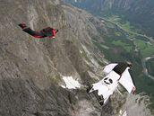 P�i létání ve wingsuit kombinéze se dop�edná rychlost pohybuje od 140km/h do...