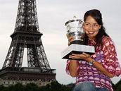 Ana Ivanovi�ov� s trofej� pro v�t�zku Roland Garros