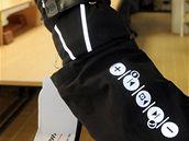 """Ředitel společnosti Applycon Milan Baxa ukazuje """"inteligentní bundu"""" s klávesnicí na rukávu."""