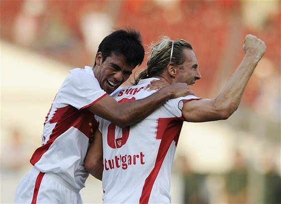 Jan Šimák ze Stuttgartu (vpravo) oslavuje gól v utkání Intertoto Cupu. Gratuluje mu Pavel Pardo.