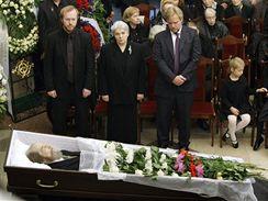 Členové rodiny nad rakví Alexandra Solženicyna