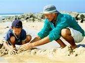 Stavění hradu z písku patří k oblíbeným zábavám na pláži.