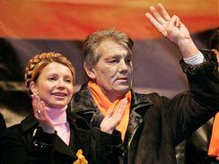 Julija Tymošenková a Viktor Juščenko v roce 2004 během oranžové revoluce.