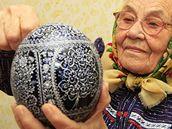 Marie Nádeníčková maluje vajíčka.