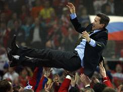 Ruský trenér Vjačeslav Bykov slaví s hráči titul mistrů světa pro rko 2009