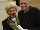Spisovatel Milan Kundera převzal z rukou Hélene Carrereové d'Encausse prestižní Světovou cenu Nadace Simone a Cina Del Ducaových