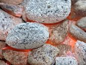Kokosové brikety jsou zuhelňatělé slupky, které využijete ke grilování