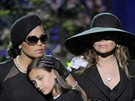Jacksonova sestra Janet, dcera Paris, sestra La Toya, bratr Randy a syn Princ Michael II na smutečním obřadu ve Staples Centru v Los Angeles