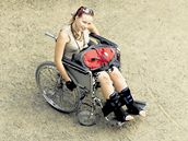 Dvacetiletá Barbora Pachtová dočasně zakouší, jaký je život na invalidním vozíku.
