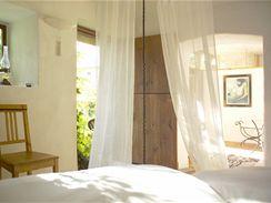 Ložnice není od obývací části oddělená dveřmi