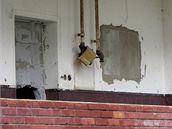 Dnes v domech v Matiční ulici, které před 10 lety nechala neštěmická radnice oddělit zdí, už téměř nikdo nebydlí. Okna jsou vymlácená nebo zazděná. (12. října 2009)