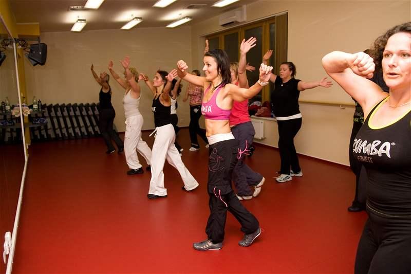 Hodina zumby, která kombinuje prvky latinskoamerických tanc� s prvky aerobiku
