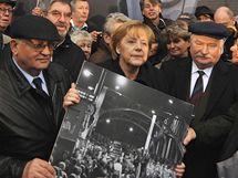 Německá kancléřka Angela Merkelová s Lech Walesou (vpravo) a Michailem Gorbačovem (9. listopadu 2009)