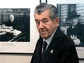 Ladislav Sitenský na fotografii z roku 2005 před svými snímky.