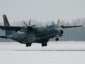Letoun C-295M Casa přistává ve Kbelích.