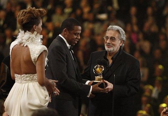 Pl�cido Domingo p�edal jednu z cen Grammy. Na p�diu pot�il rapera Jay-Z a Rihannu za jejich spolupr�ci na p�sni Run This Town