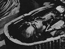 Archivní snímek z odkrytí Tutanchamonovy hrobky. U schrány je objevitel Howard Carter