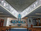 Interiér kostela v Senetářově, obrazy nad oltářem maloval Ludvík Kolek.