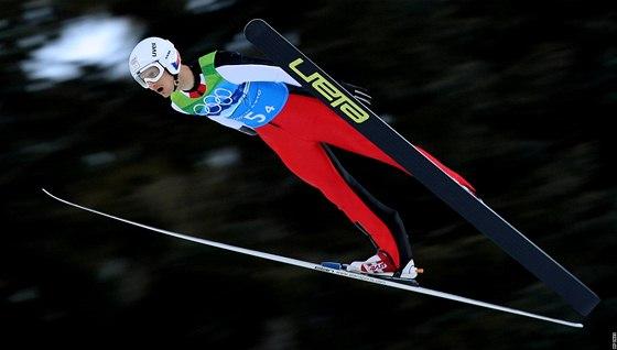 Jakub Janda při svém skoku v olympijském závodě družstev na velkém můstku
