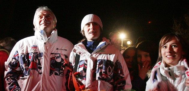 Martina Sáblíková a trenér Petr Novák sledují oh�ostroj na jejich po�est.