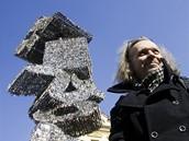 """Výtvarník Jiří David odhalil na náměstí Franze Kafky svou """"klíčovou sochu"""""""