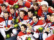 Hokejový tým Kanady se zlatými olympijskými medailemi. (28. února 2010)