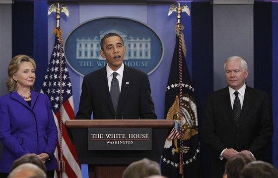 Americk� prezident Barack Obama p�edstavil spole�n� s ministryn� zahrani�� Hillary Clintonovou a ��fem rezortu obrany Robertem Gatesem text nov� odzbrojovac� dohody (26. 3. 2010