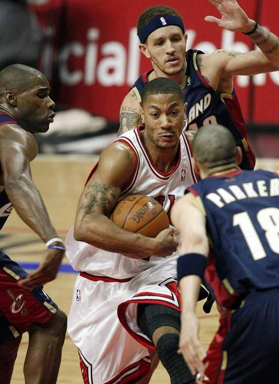TAHOUN CHICAGA. Derrick Rose dovedl Chicago k v&#253;he nad favorizovan&#253;m Clevelandem a dom&#225;c&#237; sn&#237;ili stav s&#233;rie