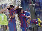 Jeffren z Barcelony (vpravo) se raduje ze svého gólu se spoluhráči Ibrahimovicem, Henrym a Puyolem.