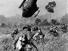 Americk� helikopt�ry kryj� v b�eznu 1965 st�elbou jihovietnamsk� voj�ky p�i �toku na Vietkong severn� od m�sta Tay Ninh nedaleko hranic s Kambod�ou.