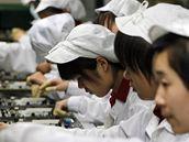 Zam�stnanci firmy Foxconn v továrn� v jiho�ínském m�st� �en-�en. Výrobce mobil�...