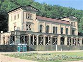 Skelet Šlechtovy restaurace  ve Stromovce drží jen za pomoci podpůrné konstrukce