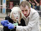Paul Dadge pom�h� jedn� z ob�t� bombov�ch �tok� v Lond�n�. (7. �ervence 2005)
