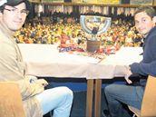 Mist�i v Kolín� Petr �áslava (vlevo) s Tomá�em Moj�í�em v�era p�ivezli do Kolína pohár pro hokejové mistry