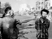 Jihovietnamsk� gener�l Nguyen Ngoc Loan st��l� na ulici v Saigonu do hlavy �dajn�ho d�stojn�ka Vietkongu Nguyen Van Lema, zn�m�ho jako Bay Lop. (1. �nora 1968)