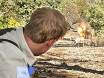 Princ Harry (vlevo) v Mosambiku odpálil jednu z nalezených nášlapných min. (21. června 2010)
