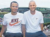 Berdychovi pomocníci. Trenér Tomáš Krupa (vpravo) a kondiční trenér David Vydra.